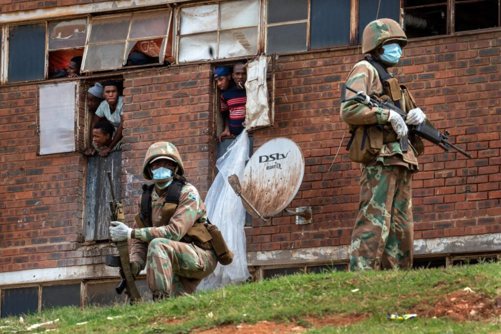 Στρατός στην Νότια Αφρική περιφρουρεί με σκοπό της πλήρη τήρηση του αυστηρού lockdown κατα τη διαρκεια τη πανδημίας στην Νοτιο Αφρική. 28 Μαρτίου 2020. AP Photo/ Jerome Delay