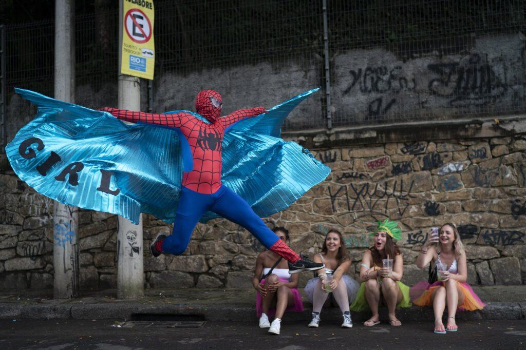 Συμμετέχων στο πάρτυ δρόμου Heaven on Earth στο Ριο της Βραζιλίας κατα τη διάρκεια του καρναβαλίου. . 2020 AP Leo Correa