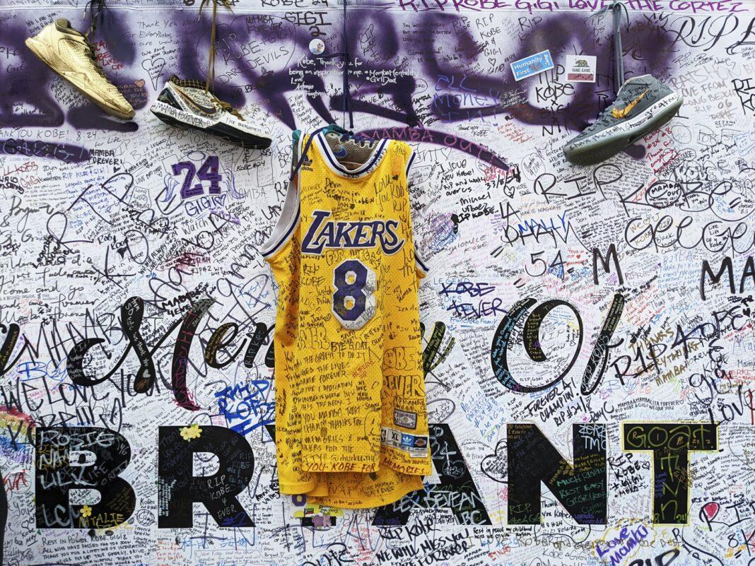 Αθλητικά παπούτσια και μπλούζες είναι αφιερωμένα στον Kobe Bryant, στον μνημείο που δημιουργήθηκε μετα το θάνατό του απο πτώση ελικοπτέρου.2020 AP Damian Dovarganes