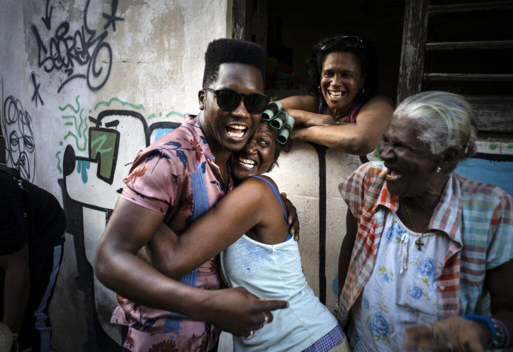 Ο κουβανος τραγουδιστής Cimafunk αγγαλιάζει μια γυναικα κατα τη διάρκεια του 35ου Διευνθνους Φεστιβαλ Τζαζ μουσικής στην Κούβα 2020 AP Ramon Espinosa
