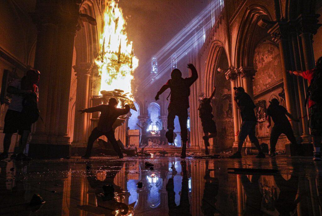 Διαδηλωτές βάζουν φωτια εκκλησια που ανηκει στην αστυνομία της Χιλής στο Σαντιάγο.  2020 AP Esteban Felix