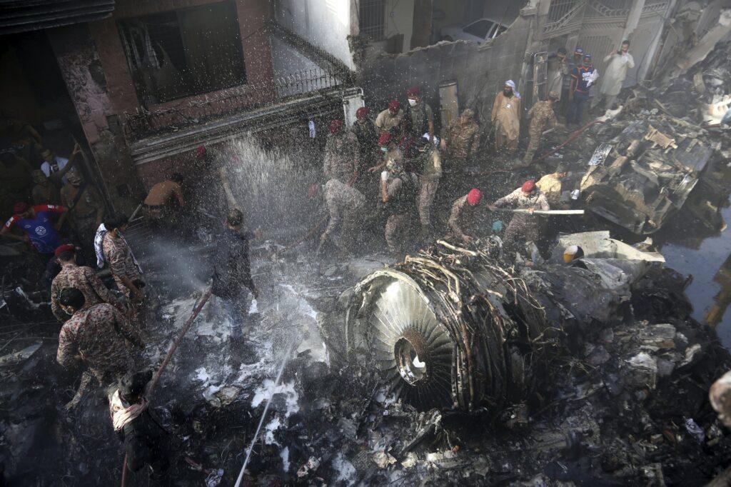 Ομάδες διάσωσης και εθελοντές προσπαθουν να βρουνε επιζώντες μετά απο την συντριβή αεροσκάφους στο Karachi του Πακιστάν. 22 Μαιου 2020. AP 2020 Photo/ Fareed Khan