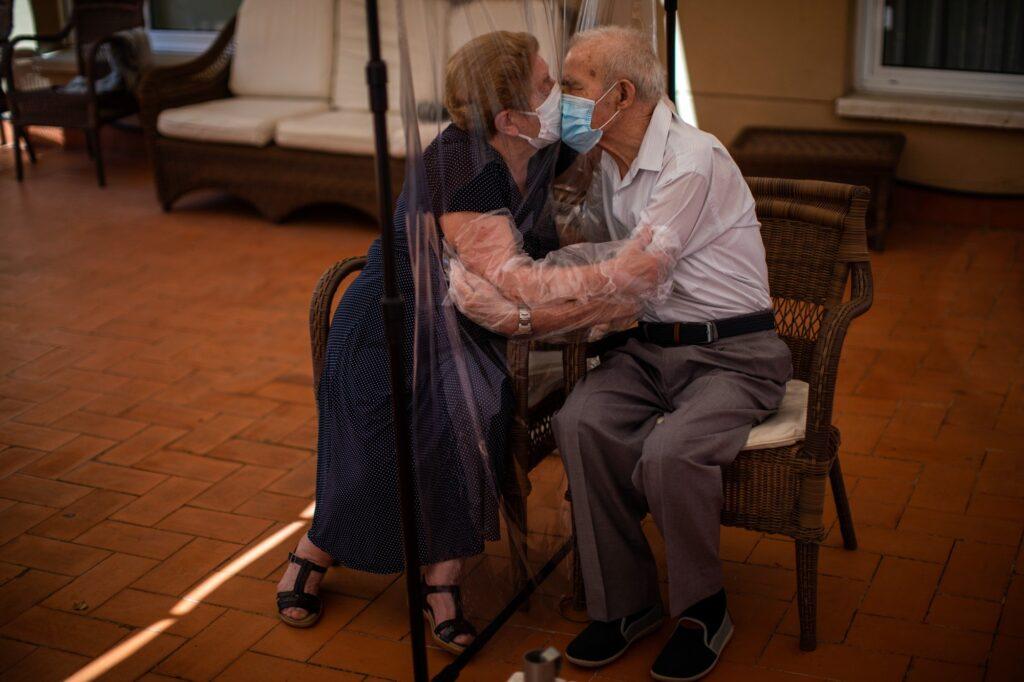 Ζευγάρι στην Βαρκελώνη αγγαλιάζεται εν μέσω της πανδημίας. 2020 AP Emilio Morenatti