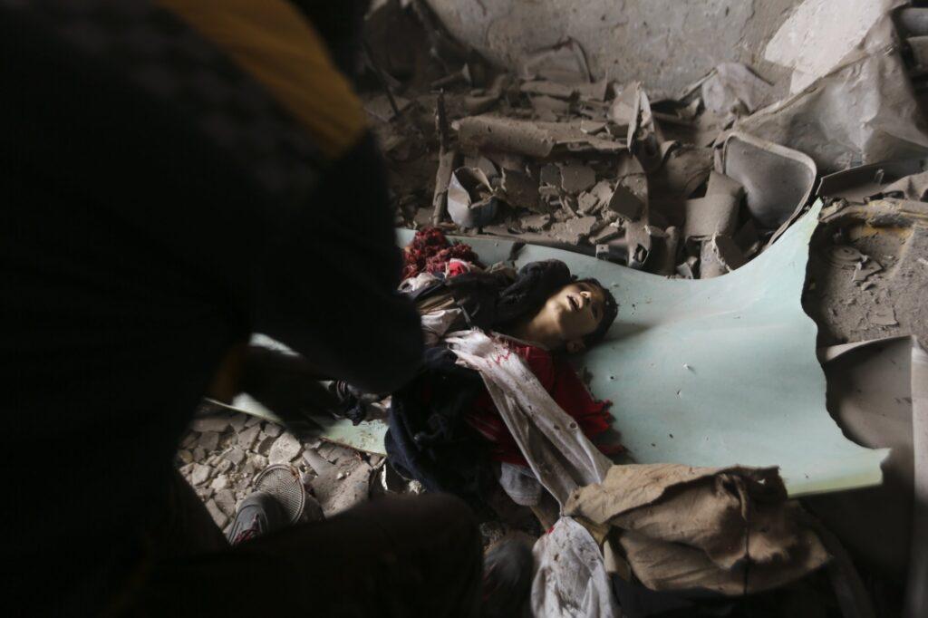 Μια ομάδα διάσψσης ανασύρει το σώμα ενός παιδιού που σκοτώθηκε κατα τη διάρκεια αεροπορικής επιδρομής στην πόλη του Idlib στη Συρία το Φεβρουάριο του 2020. 2020 AP Ghaith Alsayed